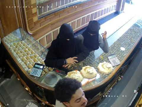 فتاة تقوم بعملية سرقة سريعة وخطيرة في محل ذهب في صنعاء .. شاهد ما حدث لها ! (فيديو)