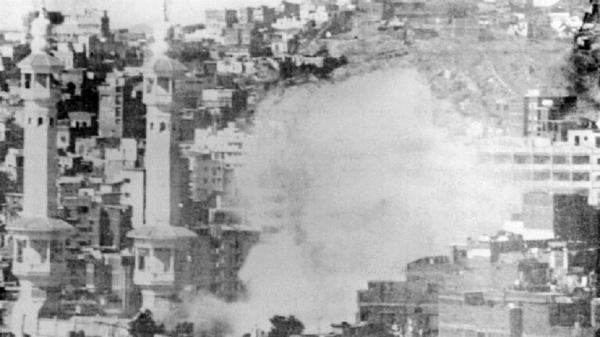 """السعودية.. """"الإخبارية"""" تنشر فيديو حصريا وثق حادثة اقتحام الحرم المكي قبل 40 عاما"""