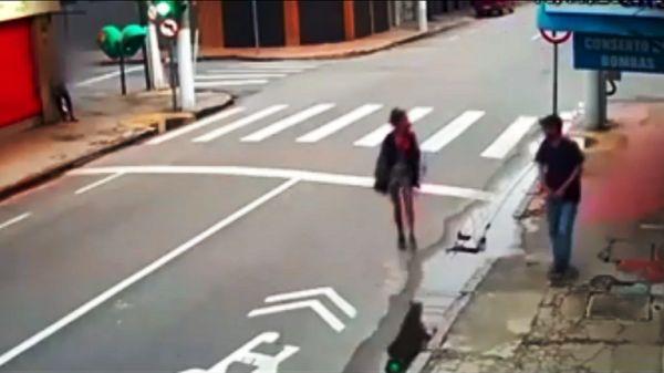 بالفيديو.. برازيلي يقتل متسولة في الشارع أمام الناس بدم بارد