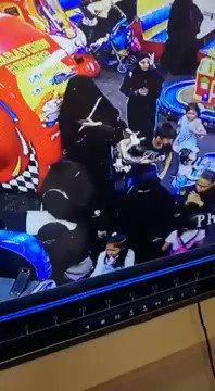 بعد مغافلة والدتها.. سعودية تسرق أسورة ذهب من يد طفلة بأحد المولات في السعودية (فيديو)