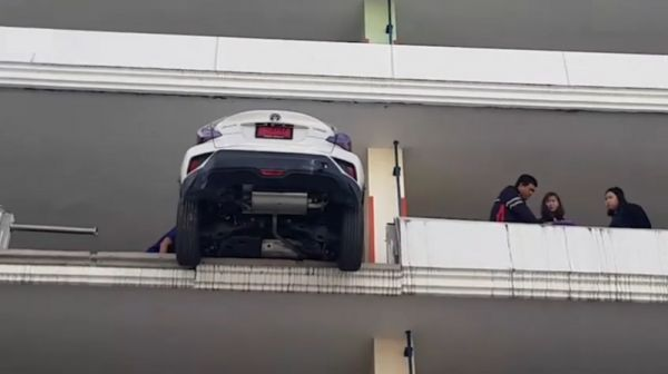 فيديو مرعب.. كيف وصلت المرأة بسيارتها إلى هنا؟