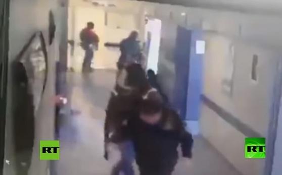 المكسيك.. عصابة مسلحة تقتحم مستشفى وتخطف مريضا ثم تقتله وتقطعه إربا (فيديو)