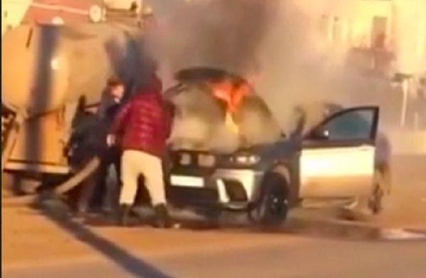 """فيديو مروّع .. سرعة بديهة تُنقذ سيارة """"BMW"""" مشتعلة"""