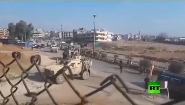 شاهد بالفيديو.. حامية مطار القامشلي تقطع الطريق أمام قوات أمريكية وتجبرها على العودة