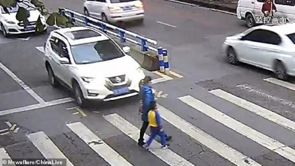 تصرف وردة فعل غير متوقع من طفل صدمت سيارة أمه! (فيديو)