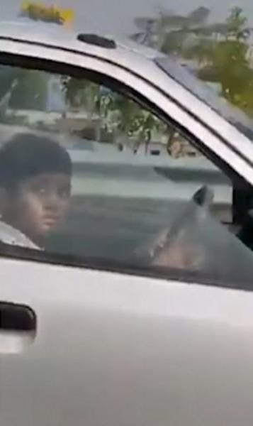 على الدائري.. شاهدت الشرطة الهندية هذا الفيديو فأوقفت السيارة وقائدها