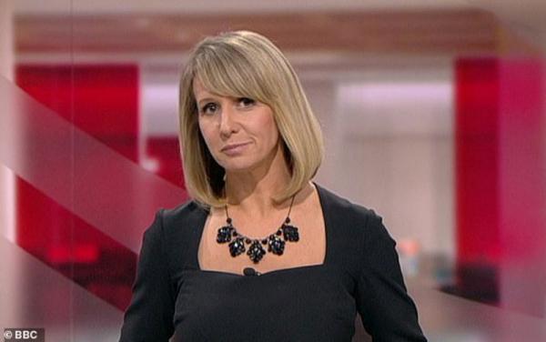 تمزق فستان مذيعة بي بي سي يعرضها لموقف محرج.. وهذا ما فعله زملاؤها (شاهد)