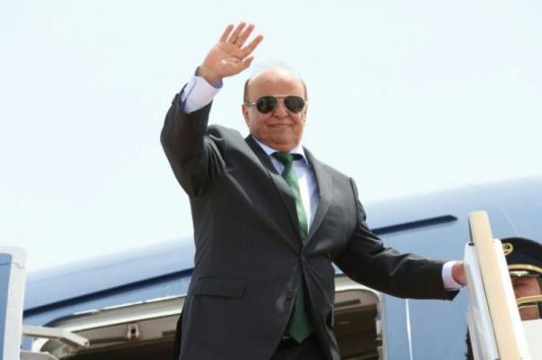 عاجل: الرئيس هادي يصل سلطنة عمان في زيارة مفاجئة
