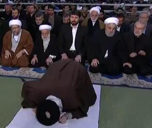 """شاهد كيف أنهى """"روحاني"""" الصلاة بشكل مفاجئ ودون تحية """"خامنئي""""!"""
