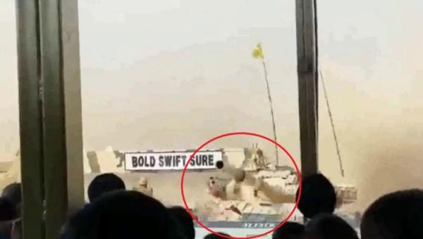 بالفيديو: سائق دبابة يرتكب خطأً مروعاً في عرض عسكري