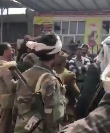 شاهد بالفيديو.. أبو علي الحاكم يظهر في مفرق الجوف بعد سيطرت قواته عليه