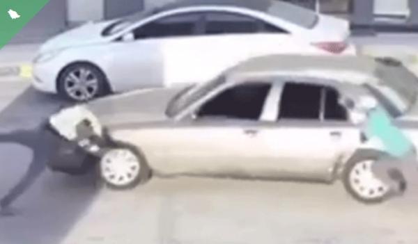 السعودية: كاميرات المراقبة توثِّق لحظة دهس متهور الدمام شخصًا داخل محطة وقود
