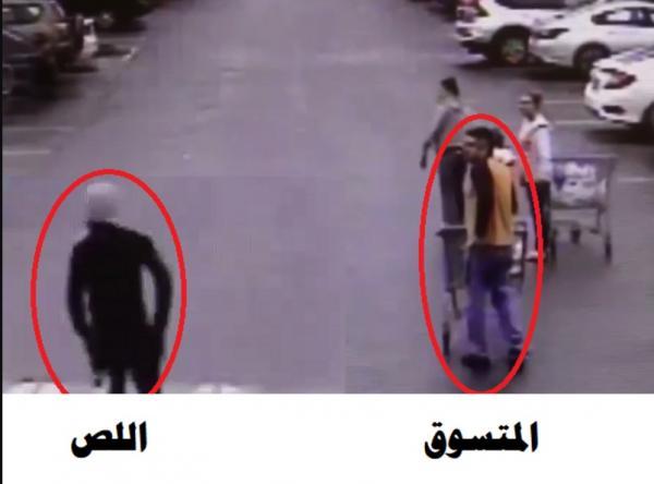 """بالفيديو.. متسوق """"سريع البديهة"""" يوقع لصًّا هاربًا بقبضة الشرطة"""