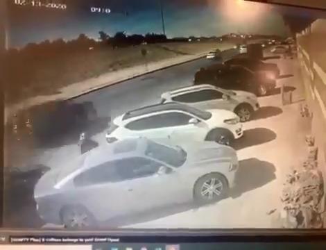 كاميرا مراقبة ترصد لص يهشم زجاج سيارة بالرياض ويسرقها