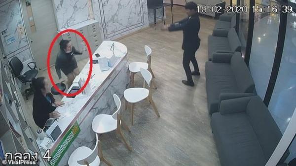 شاهد فيديو رجلًا طلّق زوجته ثم أطلق عليها الرصاص