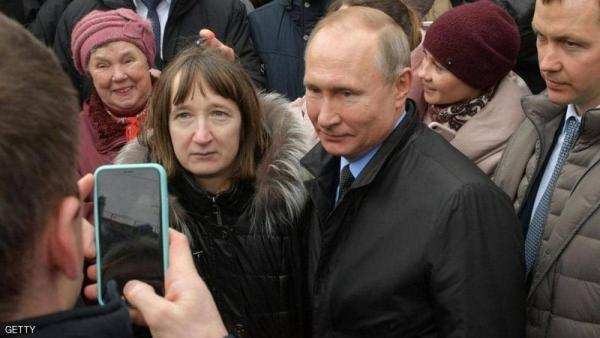أربعينية توجه أسئلة محرجة للرئيس بوتين بالطريق العام