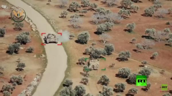 ما حدث كان عكس المتوقع .. مدرعة تركية تطارد دبابة روسية على الطريقة الهوليودية في ريف إدلب
