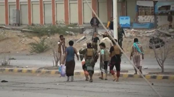 في عملية تبادل أسرى بالساحل الغربي.. شاهد بالفيديو فرحة أسير بعد خروجة من سجون الحوثي
