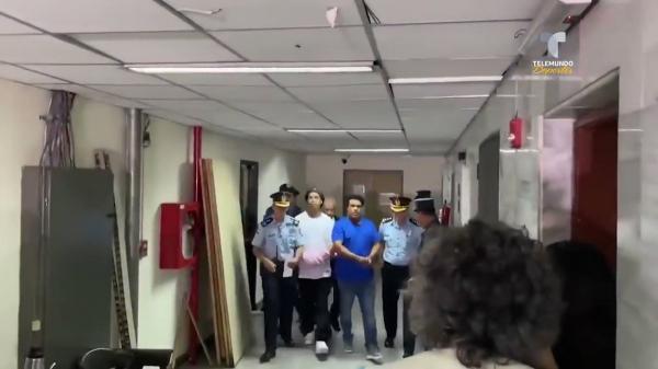 """شاهد فيديو.. اعتقال النجم الشهير """"رونالدينيو"""" وشقيقه وتكبيلهما بالقيود"""