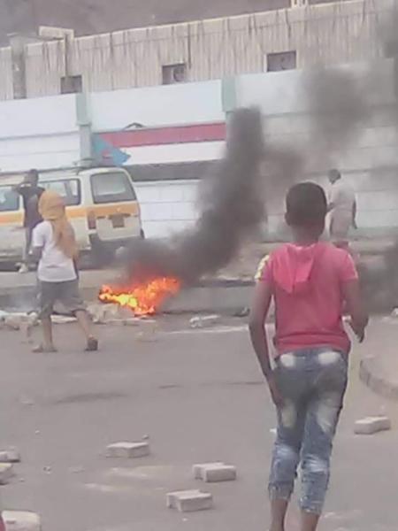 احتجاجات غاضبة واضرام النار للمطالبة بالكشف عن مصير فتاة مختطفة في عدن