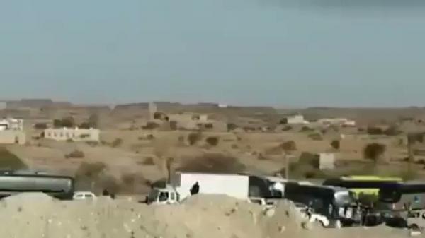 شاهد فيديو. الحوثيون يكدسون المسافرين والمعتمرين بالطرقات دون أدنى رعاية..بحجة الحجر الصحي