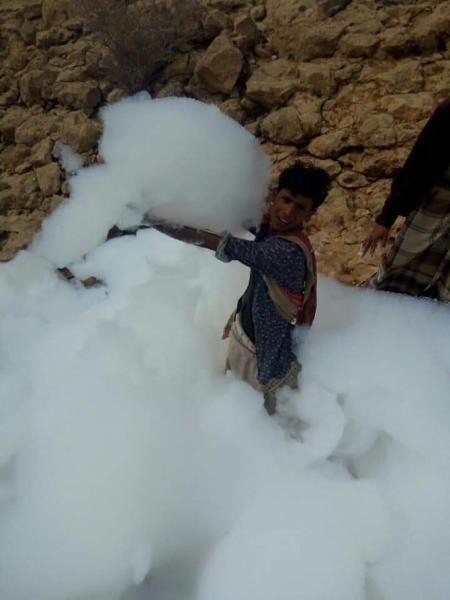 ظاهرة غريبة في حضرموت.. السحب في متناول أيدي المواطنين.. والحقيقة تتكشف (صور)