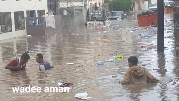 شوارع عدن تغرق.. صور مروعة صباح اليوم