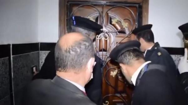 اقتحام شقة في مصر بها مدخل سري والعثور على مفاجأة بداخلها (فيديو)