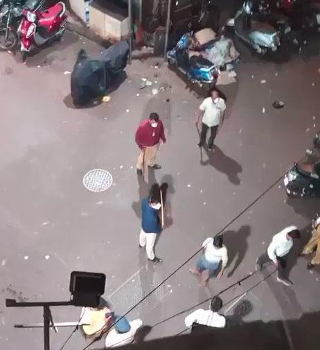 فيديو الإعتداء على شاب يمني في الهند من قبل الشرطة لكسره حظر التجول ومقاومته للشرطه لهذا السبب !