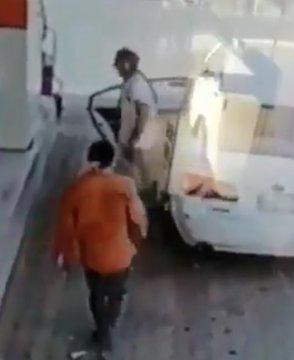 شاهد.. لحظة خطف عامل محطة وقود في بيش وإركابه السيارة بالقوة الجبرية