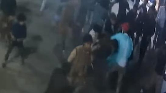 فلافل المعلم ينشر فيديو لحظة اعتداء عصابه على أحد فروعه وضرب وطعن العمال ويناشد الجهات المسؤولة