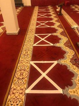المملكة: عدد من المساجد تبدأ وضع علامات على السجاد بعد إعادة فتحها !