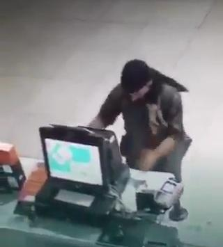 على طريقة الأفلام الأمريكية: الإطاحة بسعودي ارتكب 46 جريمة سطو على صيدليات ومراكز تجارية (فيديو)