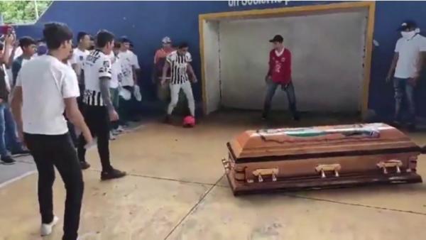 بالفيديو.. لاعب كرة قدم يسجل هدفًا بعد موته