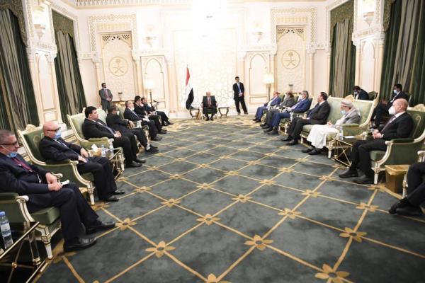 هادي يظهر في لقاء مع مستشاريه وكبار قيادات الجيش والدولة بالرياض.. وهذا ما قاله !