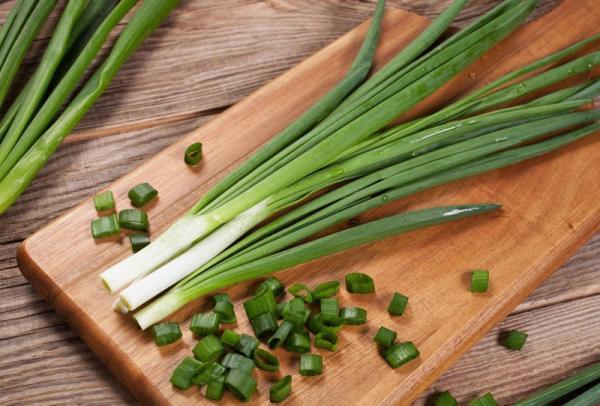 فوائد البصل الأخضر الصحية تُنسيك رائحته
