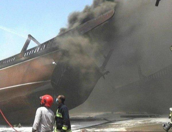 حريق يلتهم 7 سفن في ميناء بوشهر جنوب إيران