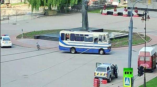 بالفيديو: رجل يحتجز 20 رهينة في حافلة بأوكرانيا ويقدم مطالب غريبة، ويحمل متفجرات وأسلحة