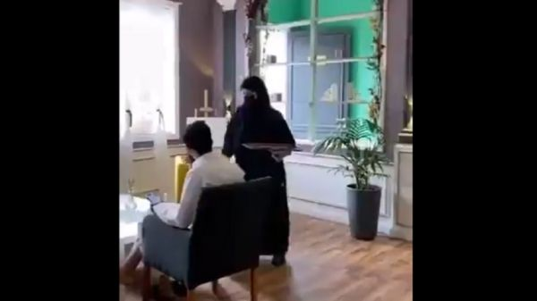 جدل في الوسط السعودي إثر تداول فيديو لنادلات يخدمن زبائن مقهى والسلطات تتدخل!