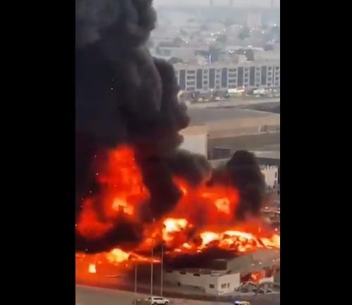 حريق هائل يندلع في السوق الشعبي بإمارة عجمان في الإمارات (فيديو مروع)