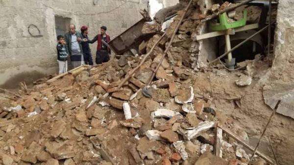 أسرة كاملة تنجو من الموت عقب انهيار منزلهم في سوق حجر بصنعاء