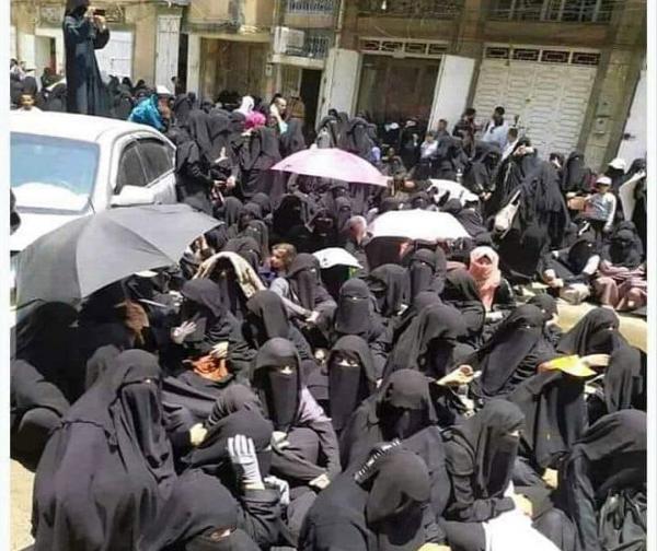 الحوثيون يعتدون على تظاهرة نسائية بصنعاء بشأن شركات الأسهم وبلقيس الحداد