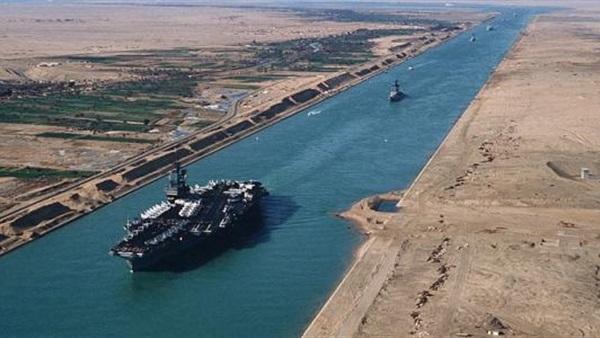 مصر تعلق على تراجع إيرادات قناة السويس بسبب إيجاد السفن مسارات بديلة