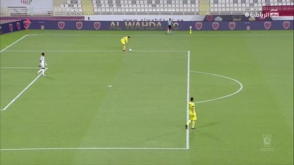 """احتساب ضربة جزاء """"غريبة"""" خلال مباراة في منافسات كأس الخليج العربي...فيديو"""