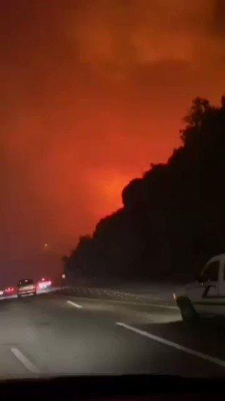 شاهد بالفيديو.. اندلاع حريق ضخم في تنومة بالمملكة