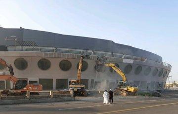 أمانة جدة تزيل مبنى السفينة على طريق الملك عبدالعزيز .. والسبب؟