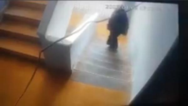 امرأة تسرق منزل مدير البنك الأهلي في عدن وكاميرات المراقبة ترصدها (شاهد)