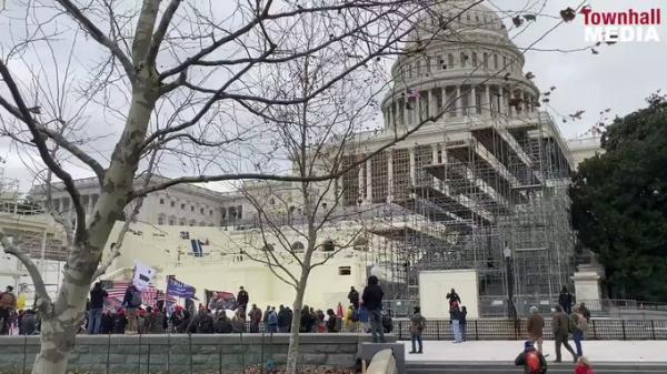 الوضع في امريكا يتجه للخطورة.. وانصار ترامب يزيلون سياج مبنى الكونغرس (فيديو)