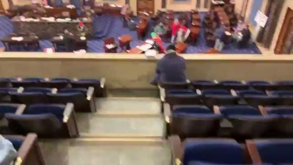 أنصار ترمب يتجوّلون بين مكاتب النواب في مجلس النواب بعد تمكنهم من اقتحامه! (فيديو)