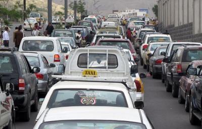 عصابة شارع بغداد بصنعاء.. 1000 ريال لإدخال سيارتك إلى وسط طابور محطة النفط